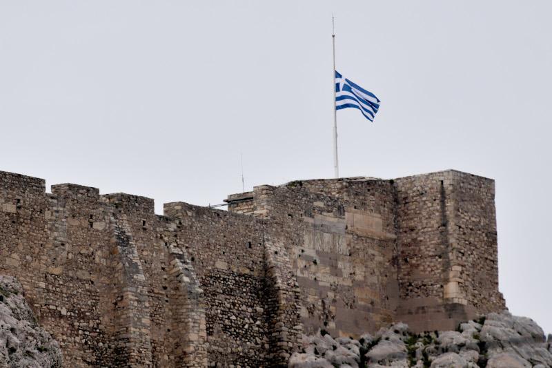 Μανώλης Γλέζος σημαία Ακρόπολη