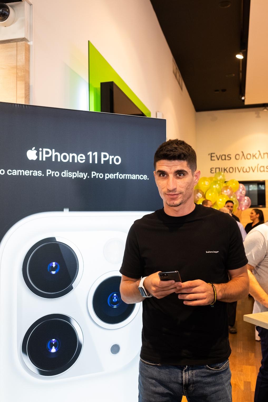 Ο αρχηγός της ΠΑΕ ΑΕΚ, Πέτρος Μάνταλος, με το νέο iPhone 11 στην COSMOTE