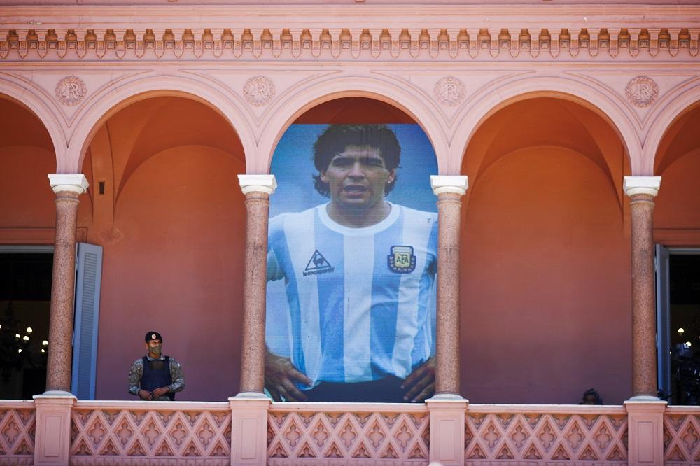 Φρουρά δίπλα στην αφίσα Maradona