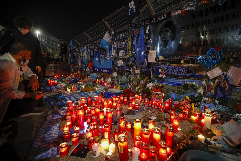 Κεριά και αναμνηστικά για το Maradona