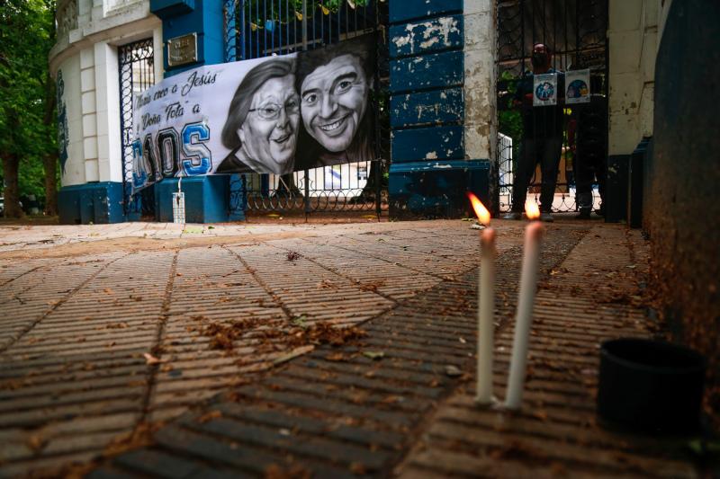 Κεριά έξω από γήπεδο στην Αργεντινή για τον Θεό της χώρας