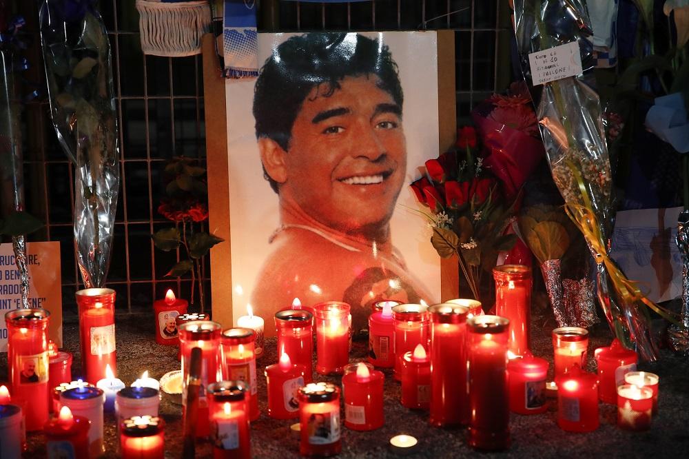 Κεριά και φωτογραφία Μαραντόνα