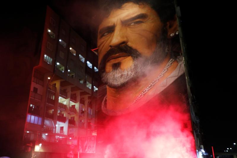 Καπνογόνα για να τον τιμήσουν όπως θα ήθελε και μία μεγάλη τοιχογραφία