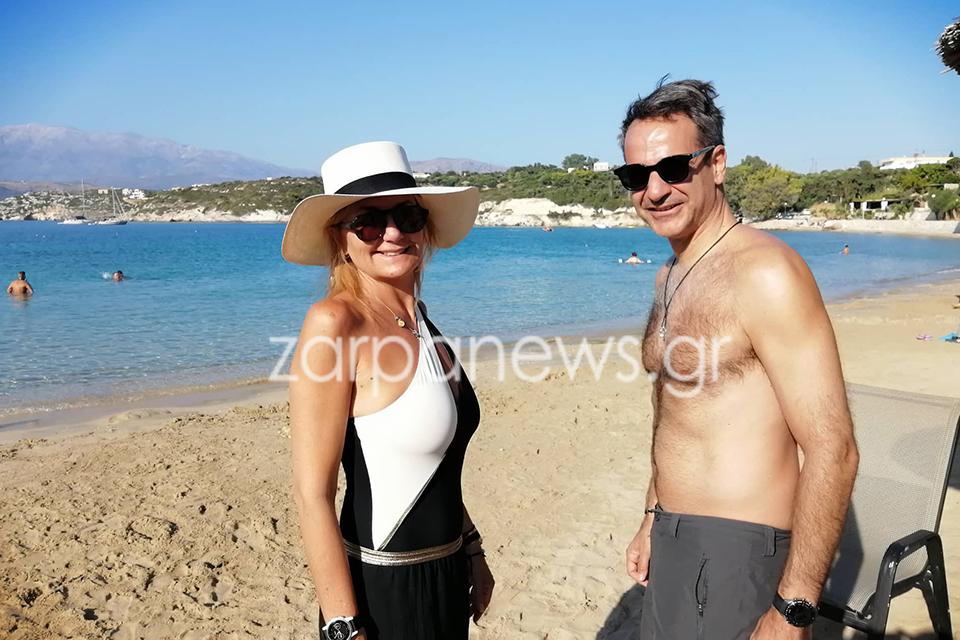 Ο Κυριάκος Μητσοτάκης με τη σύζυγό του Μαρέβα, σε παραλία της Κρήτης