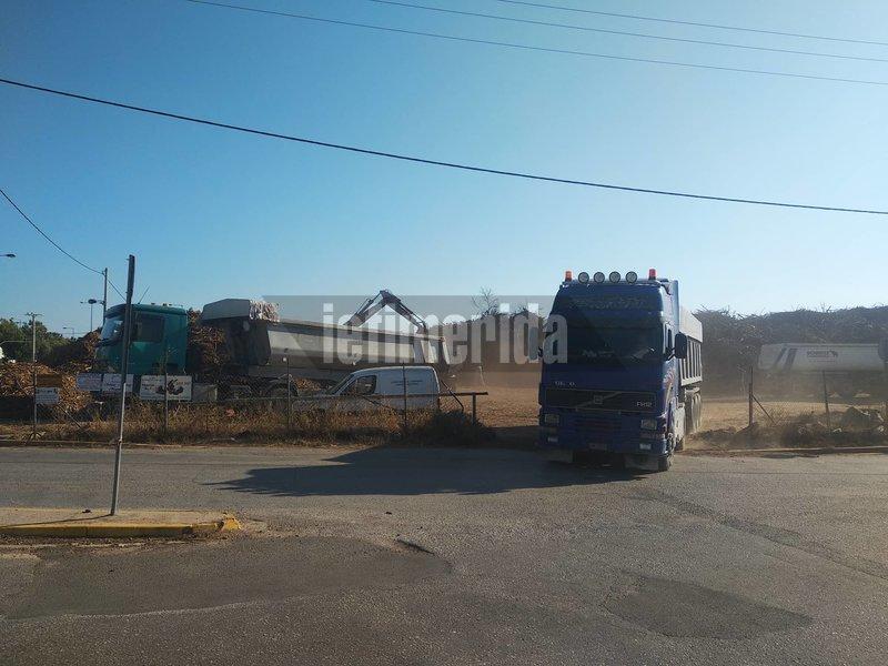 Συνεχόμενα τα δρομολόγια από τα φορτηγά για την απομάκρυνση των καμμένων