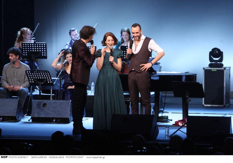 Κωστής Μαραβέγιας, Μαρίζα Ρίζου, Πάνος Μουζουράκης στη σκηνή