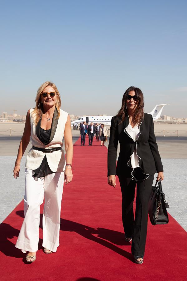 Η Μαρέβα Μητσοτάκη στο κόκκινο χαλί του αεροδρομίου στο Κάιρο