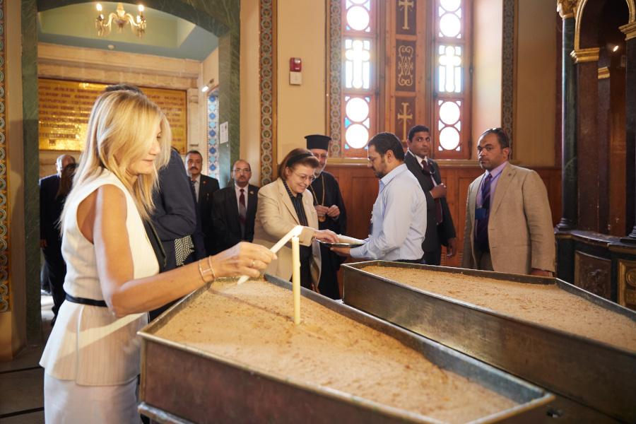 Η Μαρέβα Μητσοτάκη ανάβει κερί στην Ι.Μ. Αγίου Γεωργίου στο Κάιρο