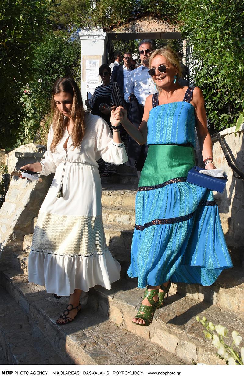 Η Μαρέβα Μητσοτάκη κατεβαίνει σκαλιά μαζί με την κόρη της