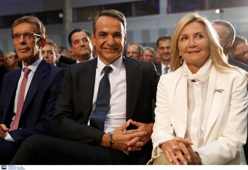 Λαμπερή η Μαρέβα Μητσοτάκη στο πλευρό του συζύγου της / Φωτογραφία: INTIME NEWS