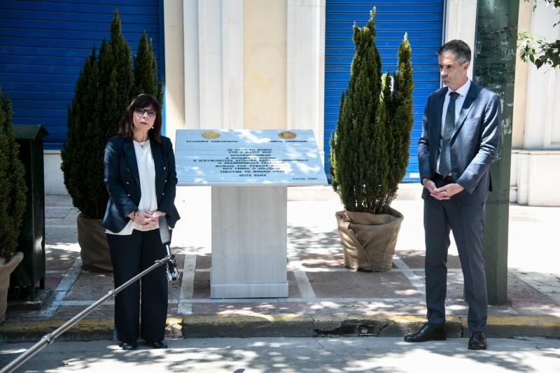 Η ΠτΔ Κατερίνα Σακελλαροπούλου και ο δήμαρχος Αθηναίων Κώστας Μπακογιάννης μπροστά στην πλακέτα για τα θύματα της Marfin