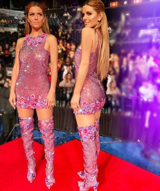 Η Μαρία Μενούνος με σέξι ροζ φόρεμα Celia Kritharioti και ασορτί μπότες