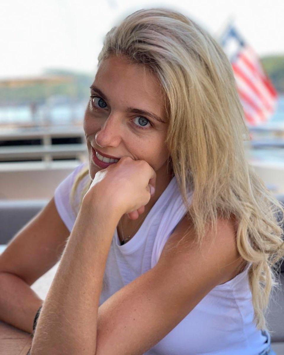 Μαριάννα Γουλανδρή με λευκό t-shirt χωρίς μακιγιάζ