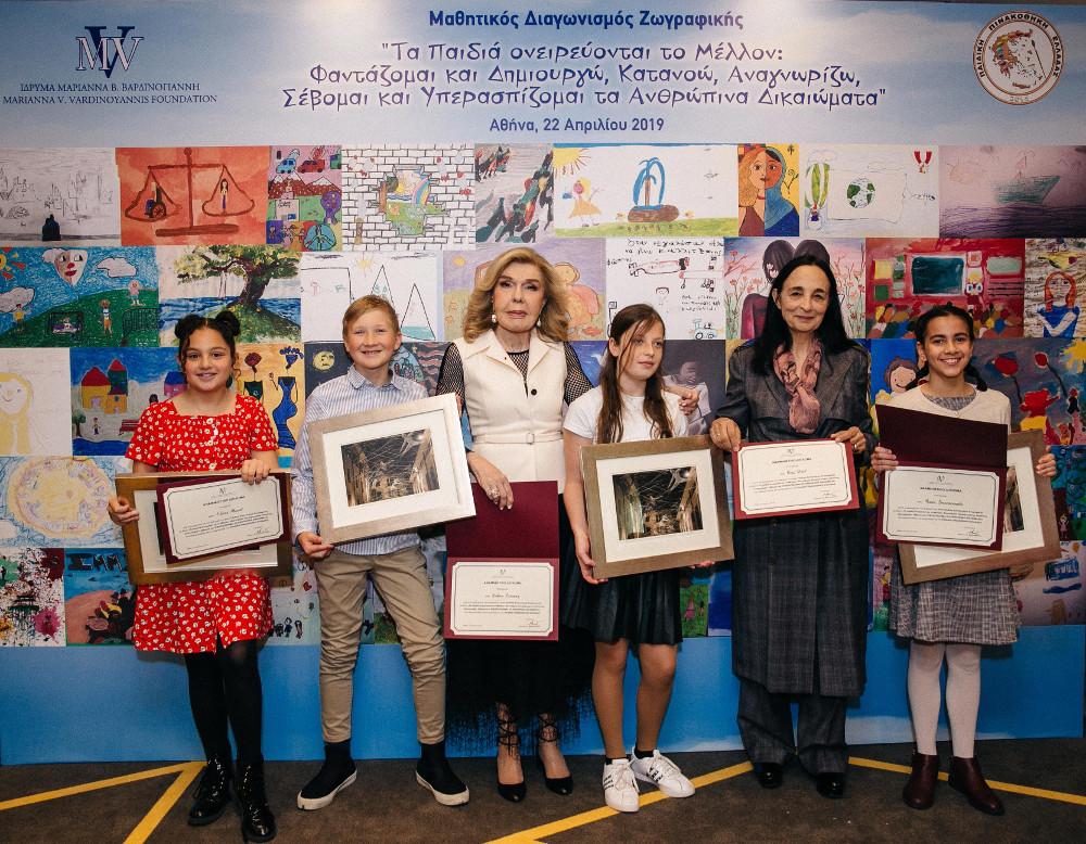 Η Μαριάννα Βαρδινογιάννη με νικητές του διαγωνισμού ζωγραφικής 2019
