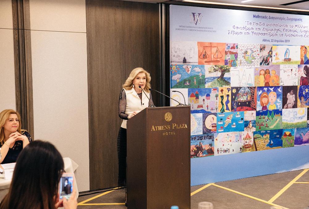 Η Μαριάννα Βαρδινογιάννη στο βήμα του ομιλητή στα παιδικά βραβεία ζωγραφικής 2019