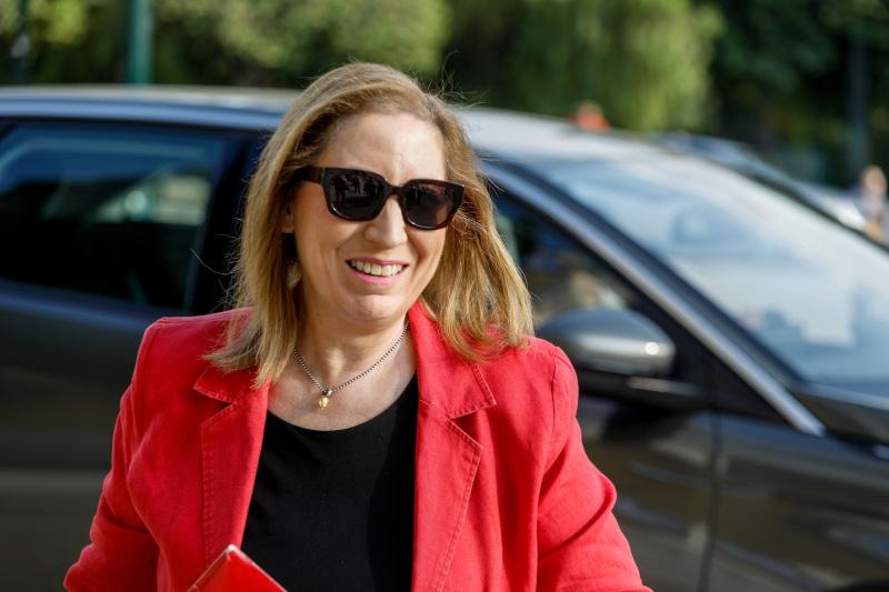 Η Μαριλίζα Ξενογιαννακοπούλου με κόκκινο σακάκι