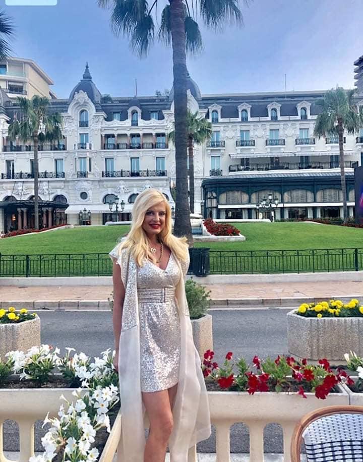Μαρίνα Πατούλη στο Μονακό με φόρεμα με πούλιες