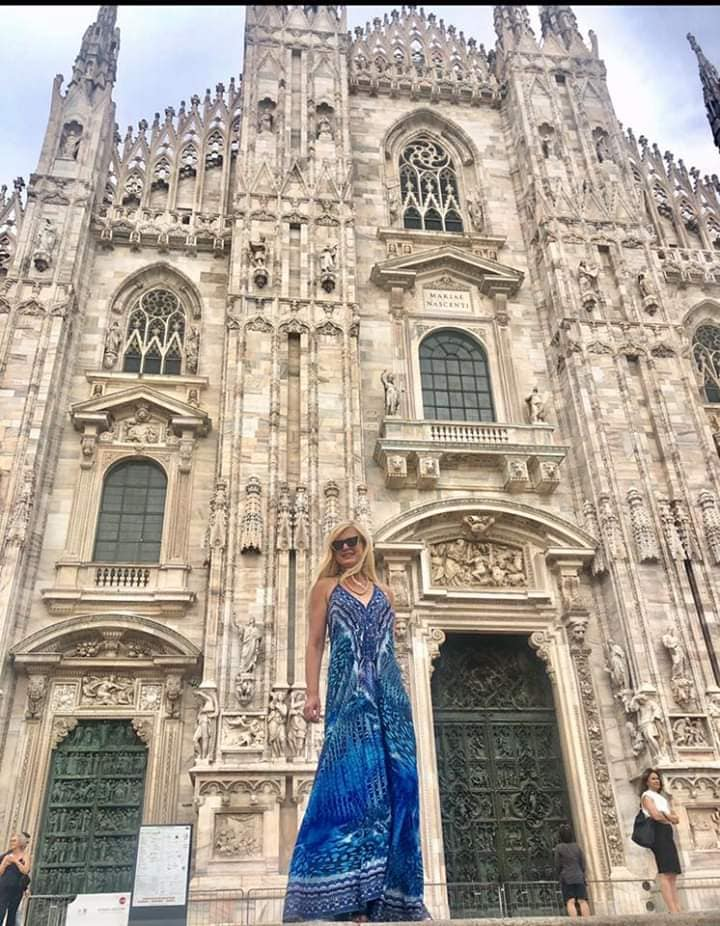 Μαρίνα Πατούλη μπλε φόρεμα στο Μιλάνο