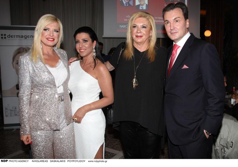 Η Μαρίνα Πατούλη με ασημένιο κοστούμι, η Αγγελική Αγγελιδή με λευκή τουαλέτα, η Δήμητρα Λιάνη με μαύρο outfit και ο Στέλιος Αγγελίδης με κόκκινη γραβάτα