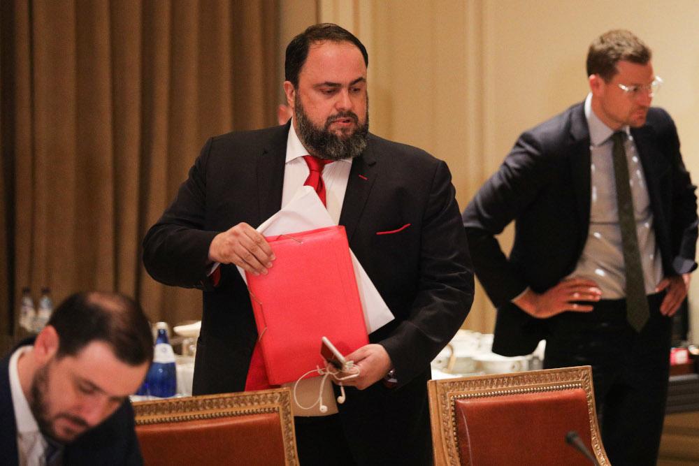 Ο Βαγγέλης Μαρινάκης κρατά κόκκινο φάκελο