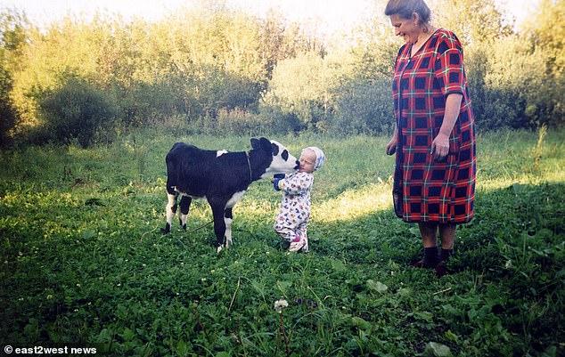 Η Μαρίκα, μωρό ακόμη, αγκαλιάζει την αγελάδα που της πρόσφερε το... ραδιενεργό γάλα της