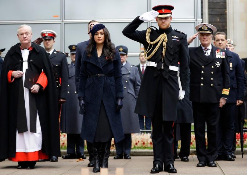 Ο πρίγκιπας Χάρι χαιρετά στρατιωτικά. Στο πλευρό του η Μέγκαν Μαρκλ