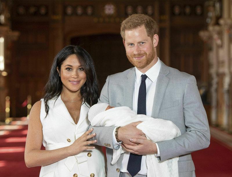 Μέγκαν Μαρκλ και πρίγκιπας Χάρι ποζάρουν με το μωρό τους
