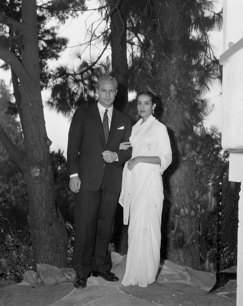Ο Μάρλον Μπράντο με την σύζυγό του Άννα Κάσφι την ημέρα του γάμου τους
