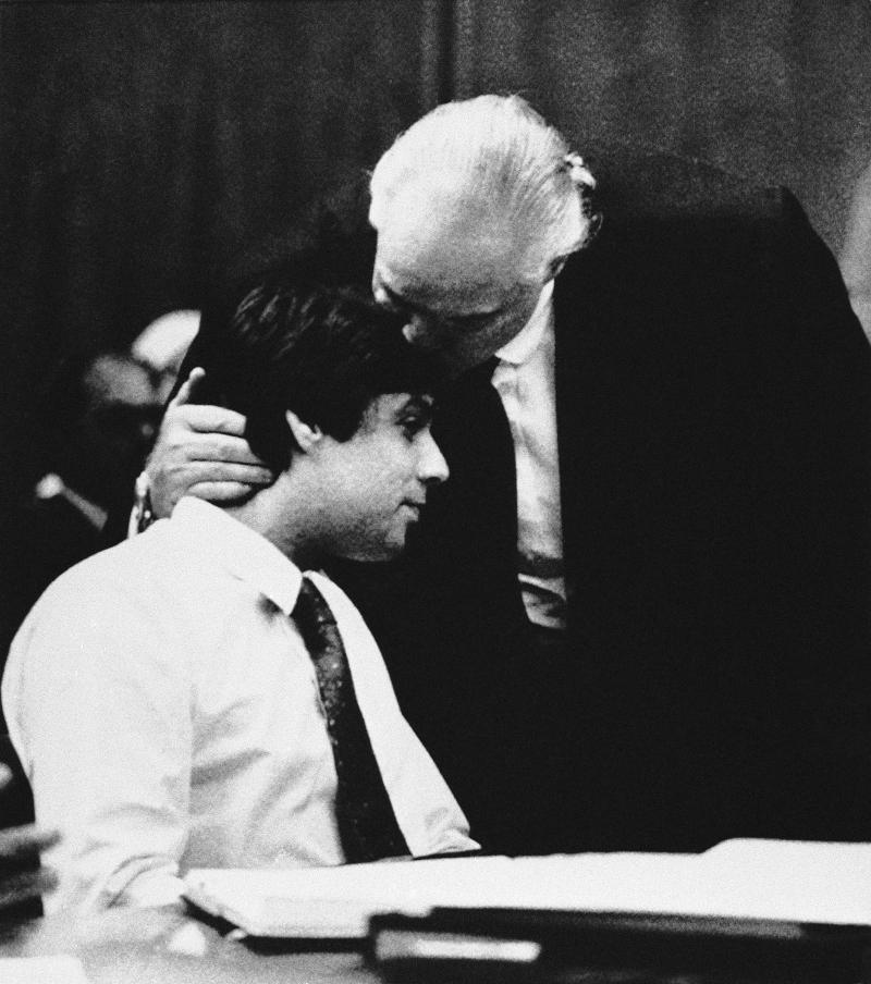 Ο Μάρλον Μπράντο με τον γιο του Κρίστιαν στο δικαστήριο