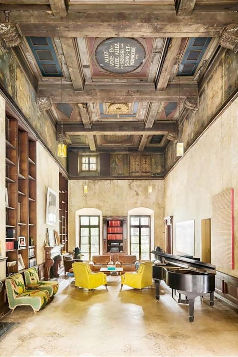 Το εντυπωσιακό εσωτερικό του σπιτιού τους με τις επιγραφές στο ταβάνι