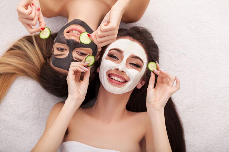 γυναίκες με μάσκες προσώπου