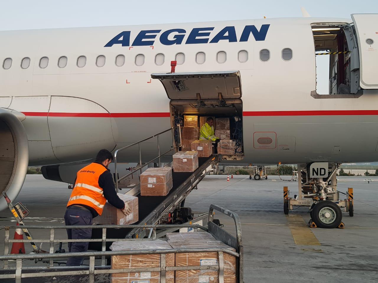 Η στιγμή που το υγειονομικό υλικό ξεφορτώνεται από το αεροσκάφος της Aegean