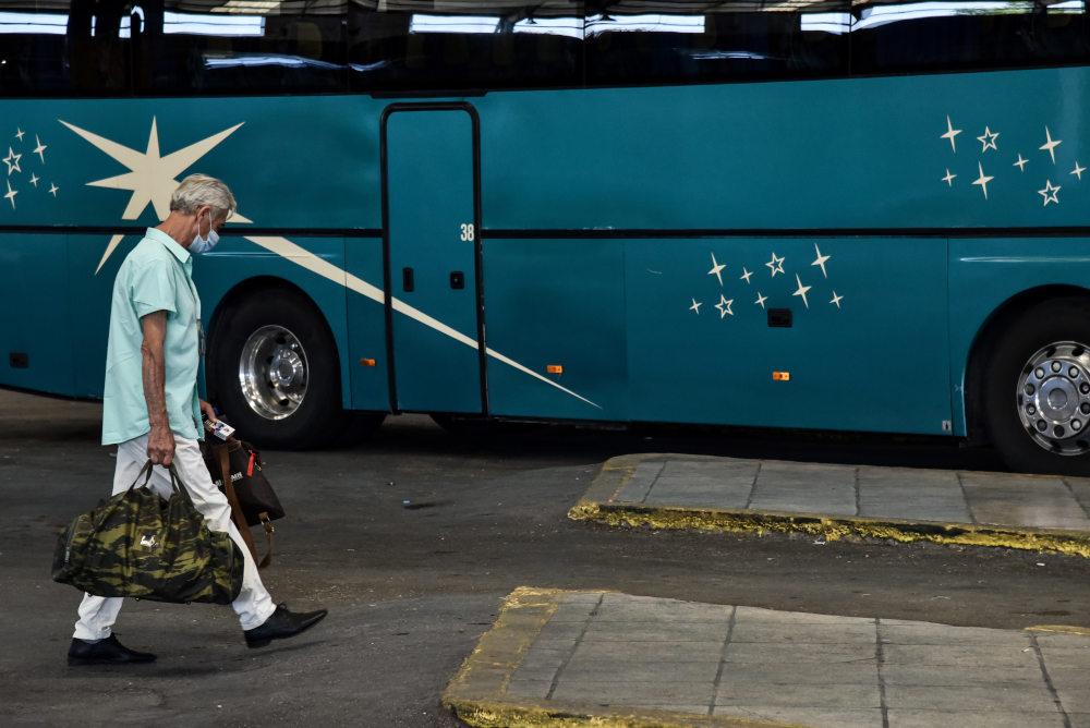 Με μάσκες οι επιβάτες στον σταθμό υπεραστικών ΚΤΕΛ