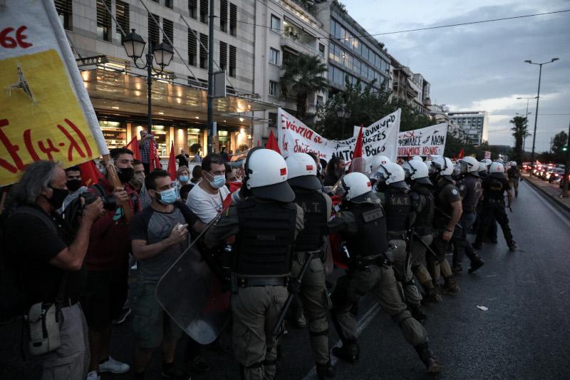 Τα ΜΑΤ απωθούν τους διαδηλωτές