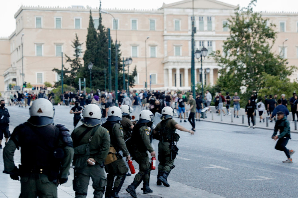 Δυνάμεις των ΜΑΤ στο Σύνταγμα ήρθαν αντιμέτωποι με ομάδα διαδηλωτών στην πλατεία