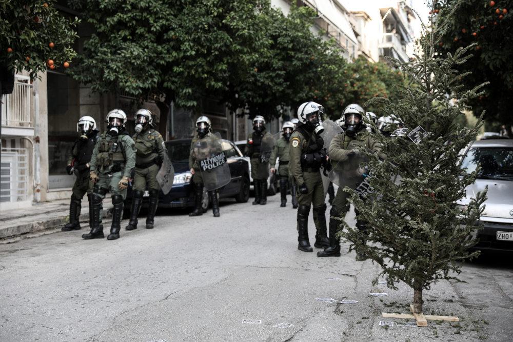 Δυνάμεις των ΜΑΤ έξω από τα κτίρια που επιχείρησαν να ανακαταλάβουν αντιεξουσιαστές στο Κουκάκι