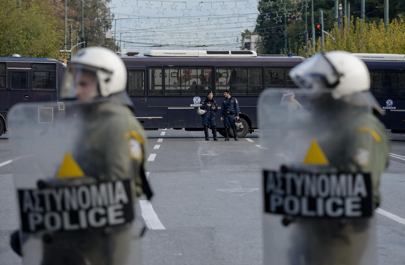 ΜΑΤ μπροστά από κλούβες της αστυνομίας