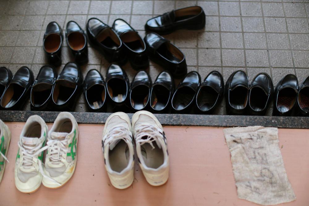 Τα παπούτσια, τόσο στα σπίτια, όσο όμως και στα σχολεία μένουν έξω από το κτίριο