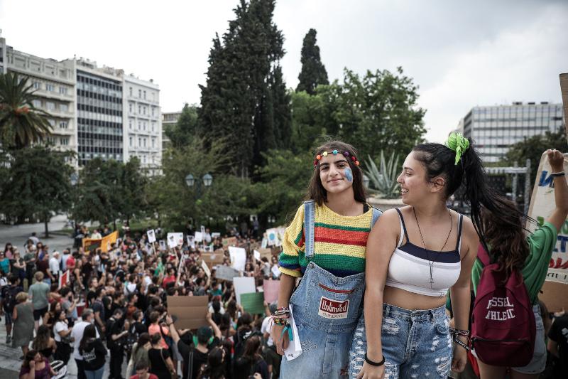 Με πανό, συνθήματα και μπογιατισμένα πρόσωπα διαδηλώνουν έξω από την Βουλή