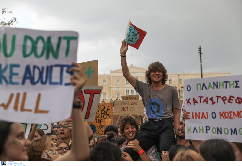 Με κέφι και χιούμορ οι μαθητές διαδηλώνουν για την κλιματική αλλαγή