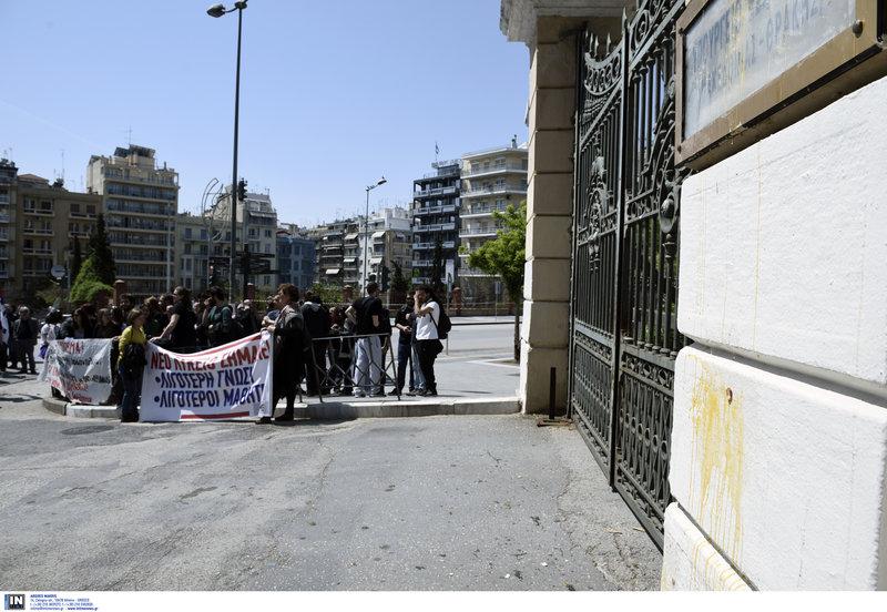 Μαθητές έξω από το υπ. Μακεδονίας- Θράκης