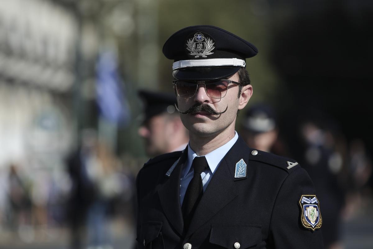 Το τσιγκελωτό μουστάκι του αστυνομικού κέρδισε τα βλέμματα στη μαθητική παρέλαση της Αθήνας