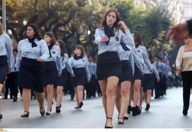 Μαθητική παρέλαση με γαλάζιο πουκάμισο