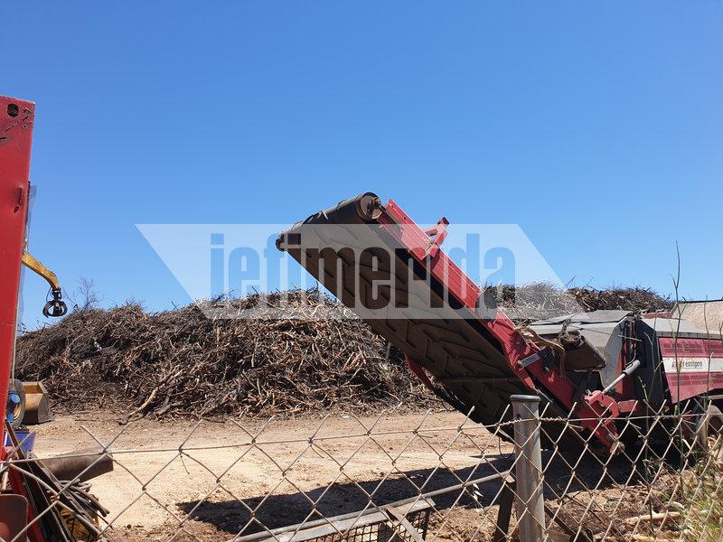 Βουνά από κλαδιά παραμένουν στις γειτονιές αλλά και στη Μαραθώνος όπου θρυμματίζονται με αργούς ρυθμούς