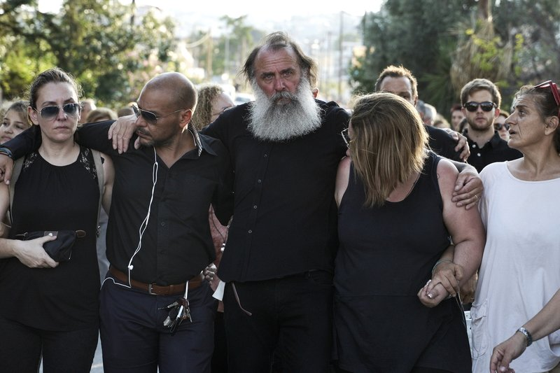 Με βουβό πόνο οι συγγενείς πέρασαν από τα σημεία της εθνικής τραγωδίας.