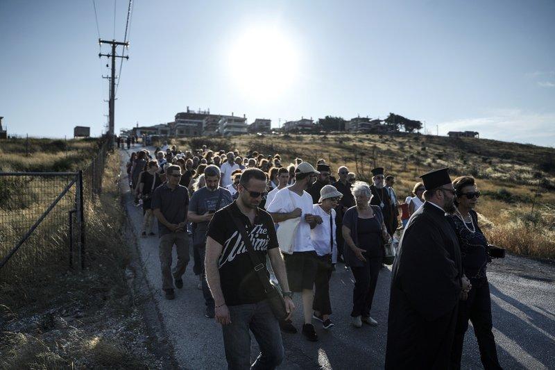 Εκατοντάδες κάτοικοι έκαναν σιωπηλή πορεία μνήμης, περνώντας από τις περιοχές που εγκλωβίστηκαν άνθρωποι και κάηκαν αβοήθητοι.