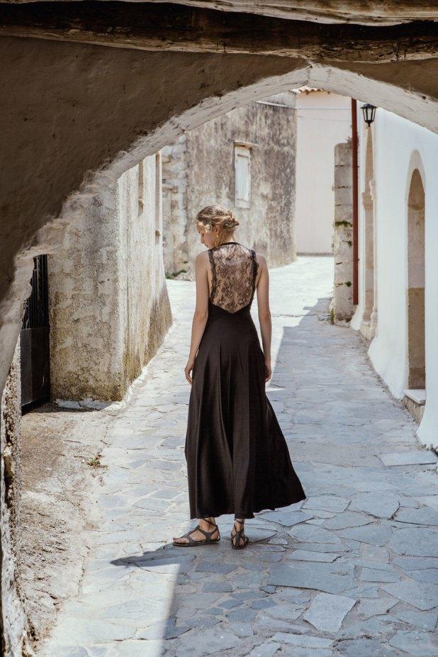 Μοντέλο με μαύρο φόρεμα της Σοφίας Κοκοσαλάκη