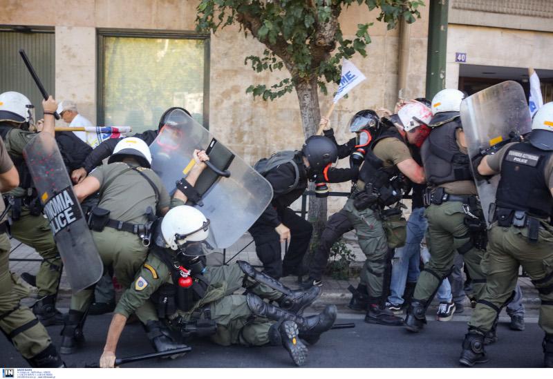 Μάχη διαδηλωτών με αστυνομικούς