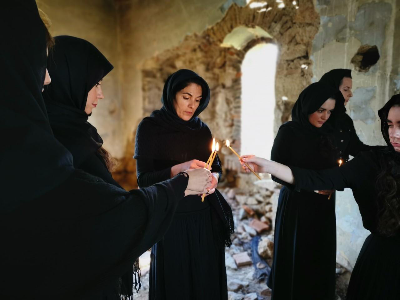 Γυναίκες ανάβουν κεριά