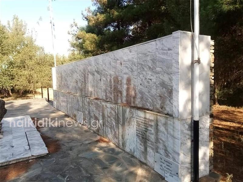 Το μνημείο του καπετάν Χάψα μετά την κλοπή της μπρούτζινης αναπαράστασης της μάχης των Βασιλικών